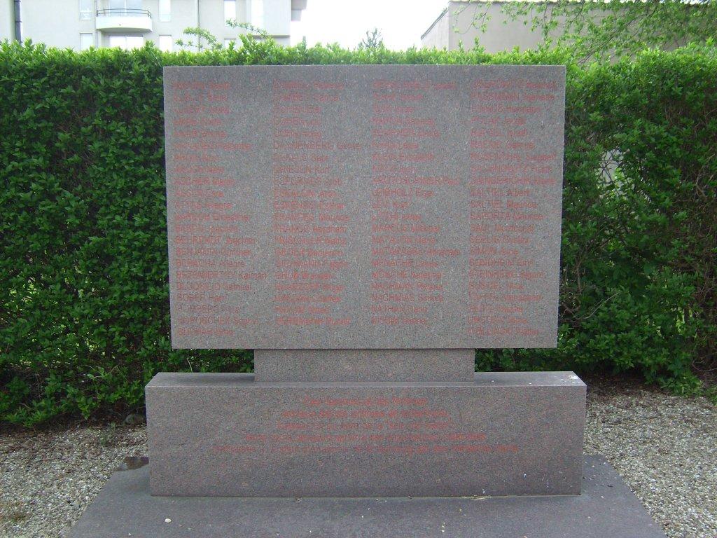 Gedenkstein auf dem jüd. Friedhof für die 86 Opfer der Menschenversuche