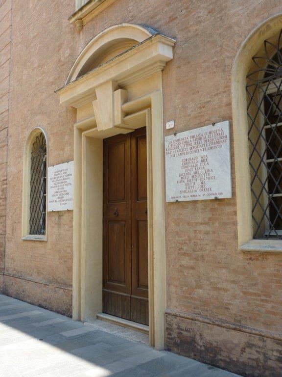 Eingang der Synagoge mit Gedenktafeln