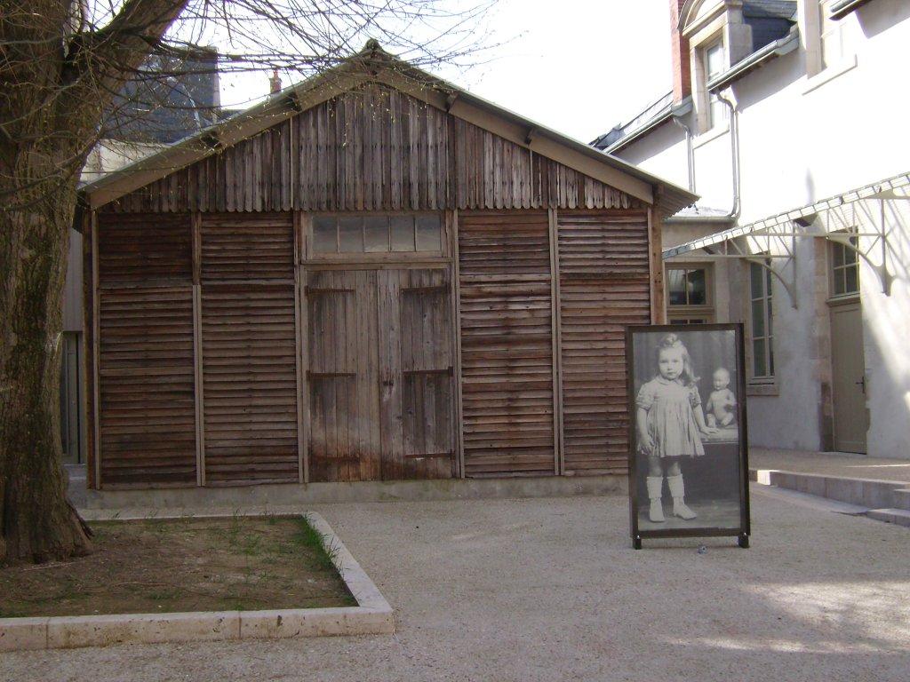 renovierte Lagerbaracke aus dem Lager Beaune am Eingang zum Cercil-Museum