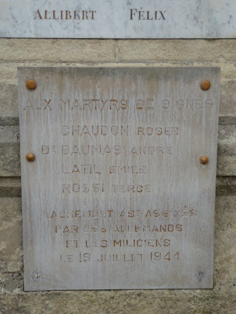 """Gedenktafel """"Aux Martyrs de Signes"""" am Totendenkmal"""
