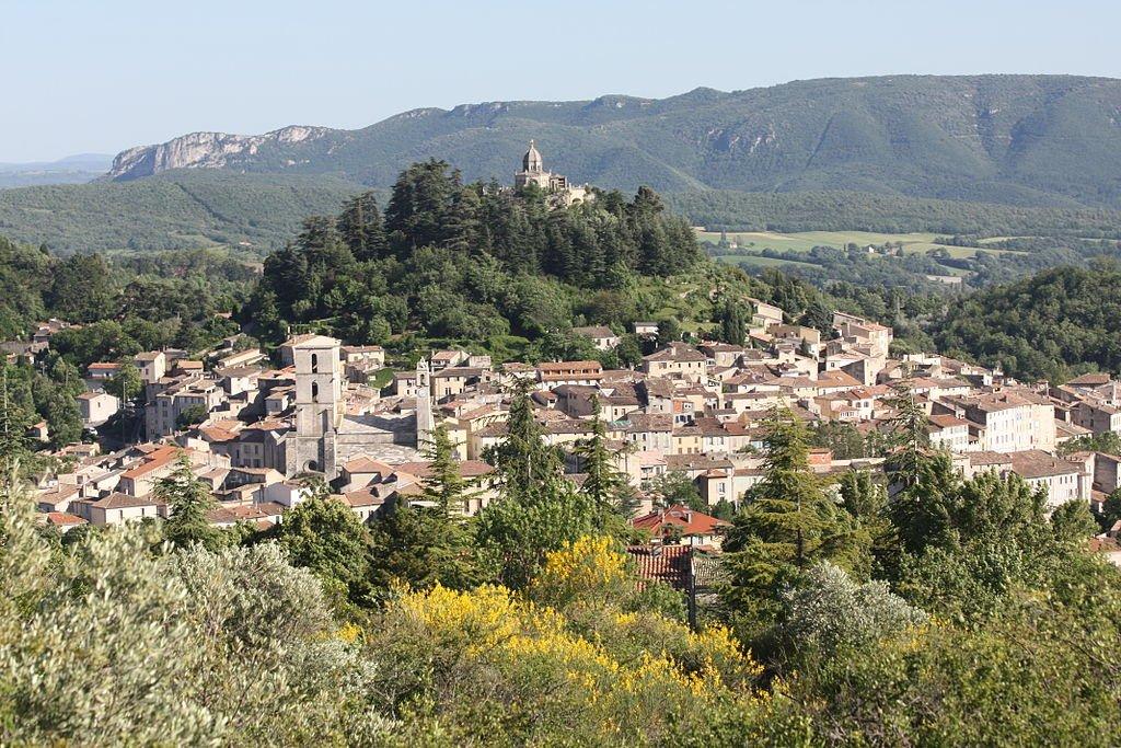 Blick auf den Ort, im Hintergrund der Lubéron; Foto: wikipedia CC BY-SA 3.0