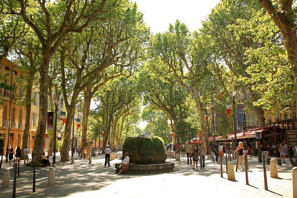 Allee 'Cours Mirabeau'; Quelle: Andrea Schaffer, wikipedia, CC BY-SA 2.0