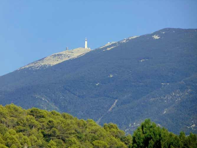 Blick vom Dorf auf den Mont Ventoux; Quelle: cvdruvaucluse.canalblog