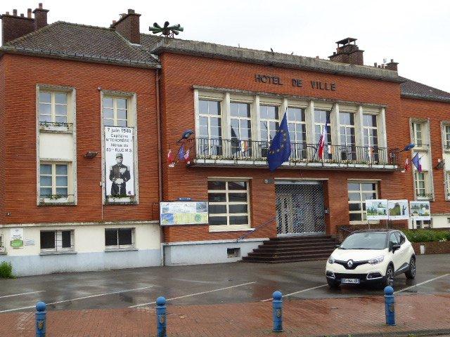 Rathaus mit Bild von Charles N'Tchoréré