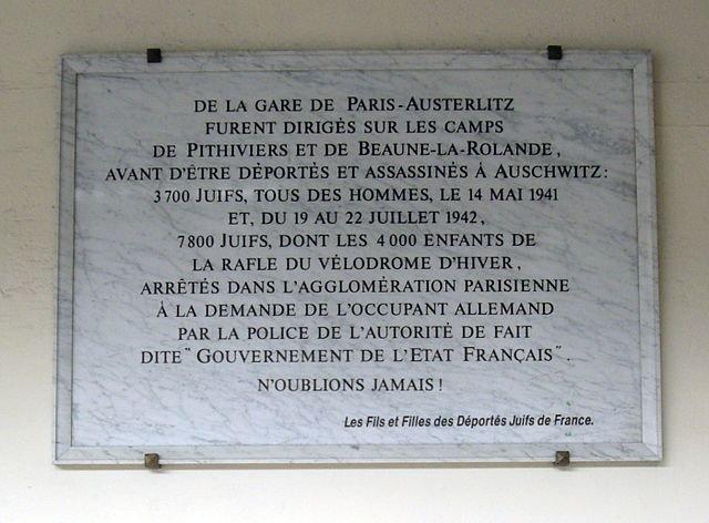 Gedenktafel am Bahnhof Austerlitz: Transport verhafteter jüdischer Menschen in die Internierungslager (Quelle: wikimedia commons_Nu)