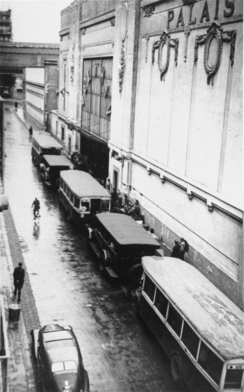 städtische Busse an der Radrennbahn (Quelle: encyclopedia.ushmm.org)