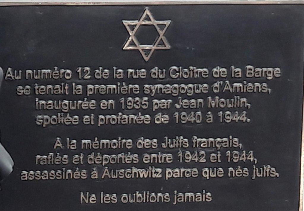 Gedenktafel an zerstörter Synagoge; Quelle: Twitter @prefet80