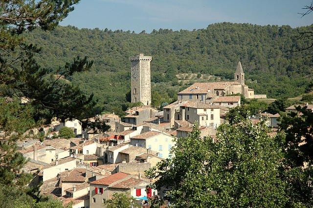 Saint-Martin-de-Brômes mit Uhrturm; Foto: Calips, wikimedia, CC BY-SA 3.0