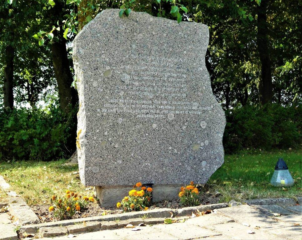 Gedenkstein auf dem Friedhof