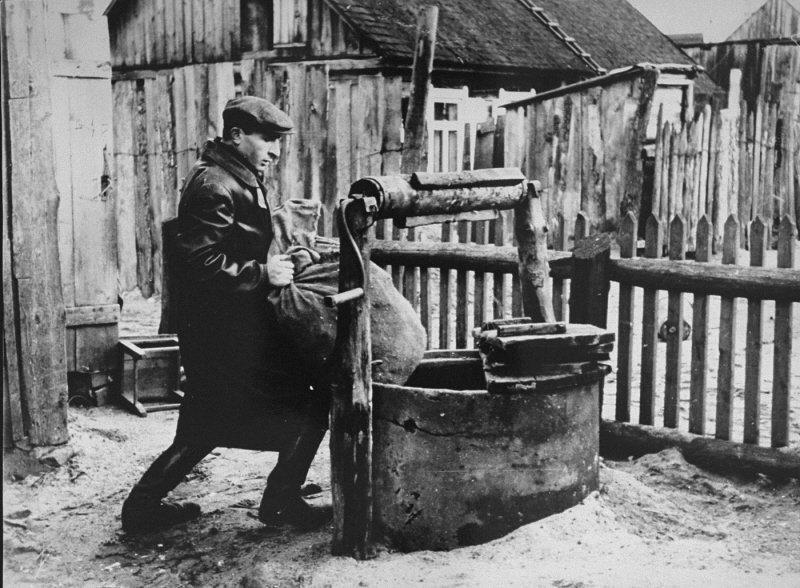 Brunnen als Versteck für Waffen 1942 (USHMM)