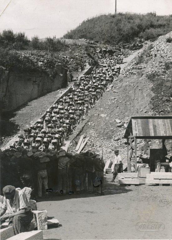 KZ Mauthausen, Häftlinge auf der Todesstiege; Quelle: KZ-Gedenkstätte Mauthausen
