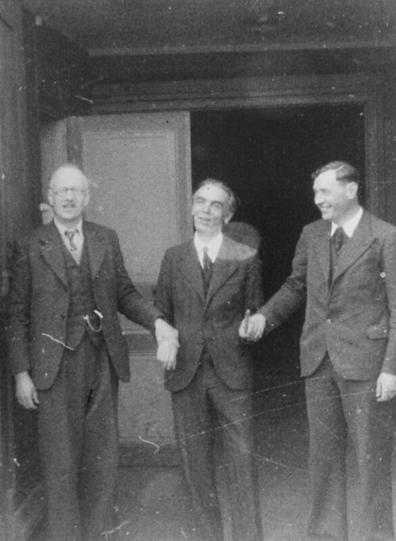 A. Trocmé, E. Theis, R. Darcissac am Eingang zum Temple nach Entlassung aus dem Gefängnis (USHMM)