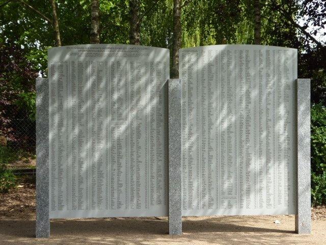 Tafeln zu Ehren der in Beaune und Pithiviers internierten und von dort deportierten Kinder
