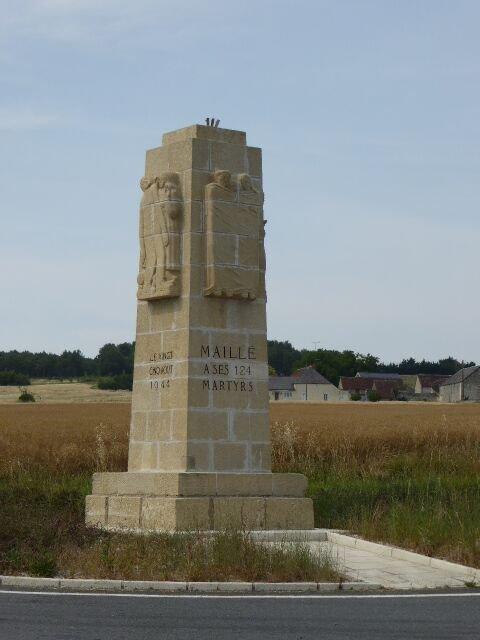 'Maillé seinen 124 Märtyrern'; Stele am Abzweig der D 91 nach Maillé