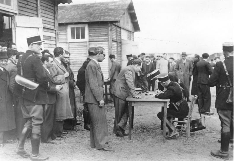 Registrierung von Opfern der billet vert-Razzia im Lager Pithiviers (Quelle: Bundesarchiv, Bild 183-S69238; wikimedia CC-BY-SA 3.0 de