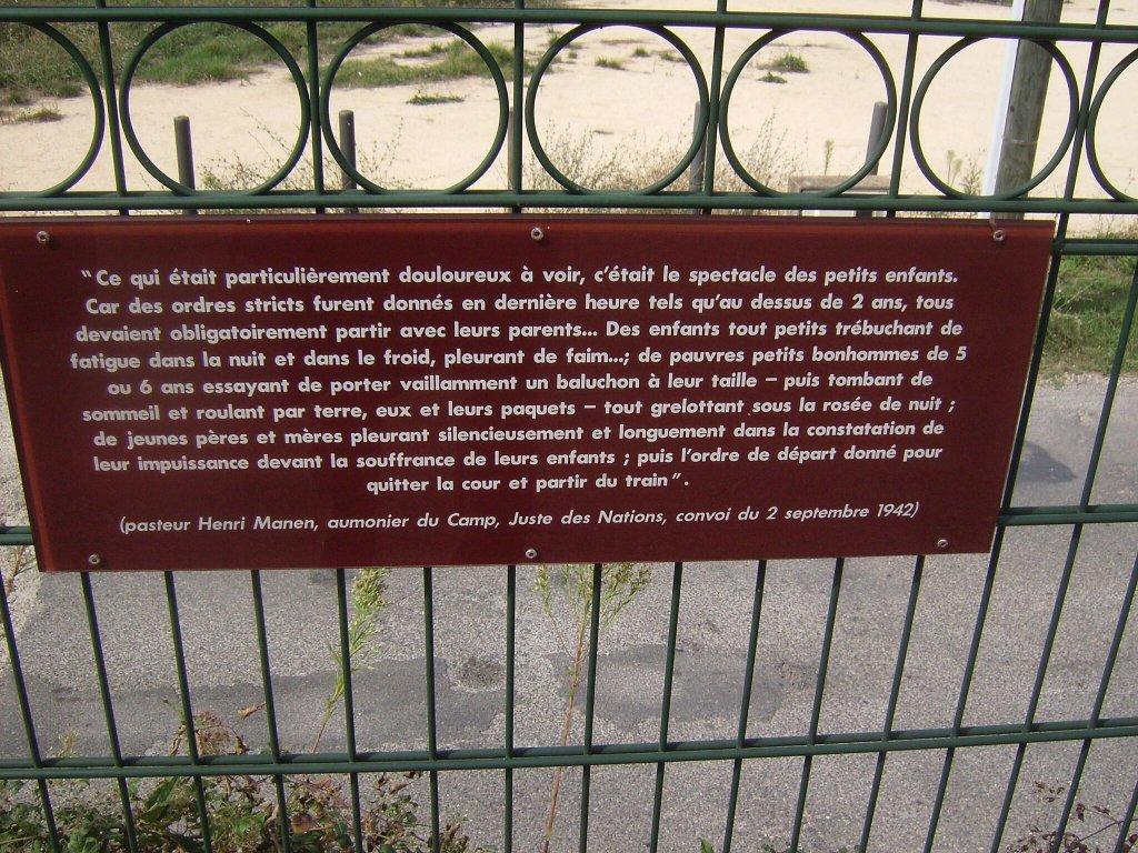 Gedenktafel am Tor, Leiden der Kinder