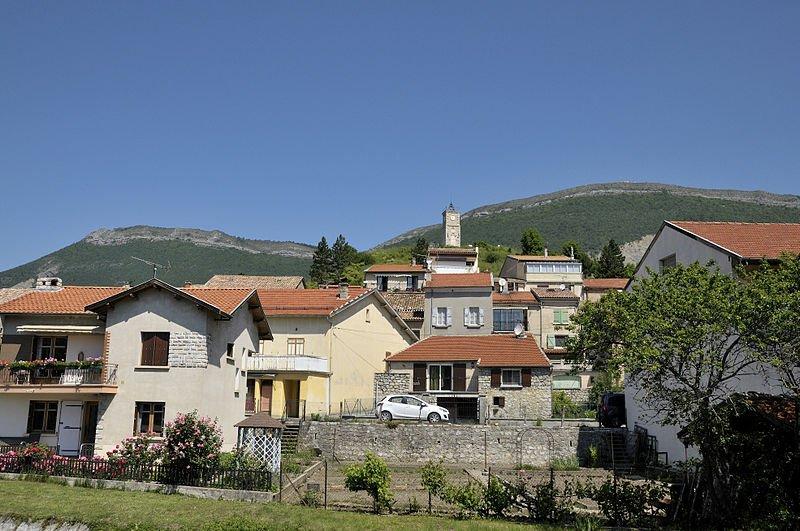 Blick auf Aspres; Foto: Toutaitanous, Wikimedia, CC BY-SA 3.0