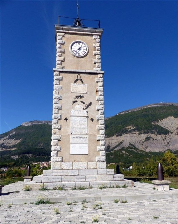 Uhrturm und Totendenkmal; Foto: Sylvie Damagnez, genweb, CC BY-NS-SA 2.0