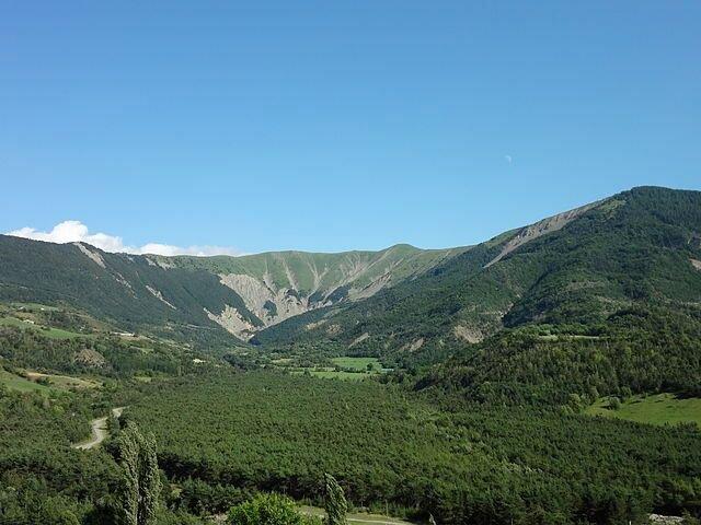 Kamm des Clos de Fau nahe dem Dorf; Foto: Sébastien Thébault, Wikipedia, CC BY-SA 3.0