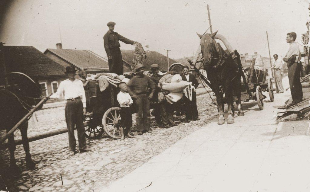 Litauischer Hilfspolizist in Utena beim Verauktionieren jüdischen Eigentums von den kurz zuvor Ermordeten (USHMM)