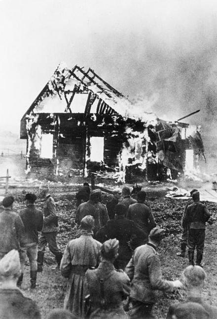 Von Litauern angezündete Synagoge; Wehrmachtssoldaten schauen unbeteiligt zu (BArch)