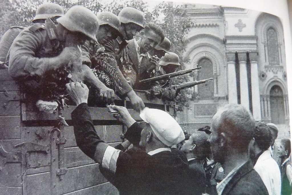 Litauer begrüßen die Wehrmacht (USHMM)