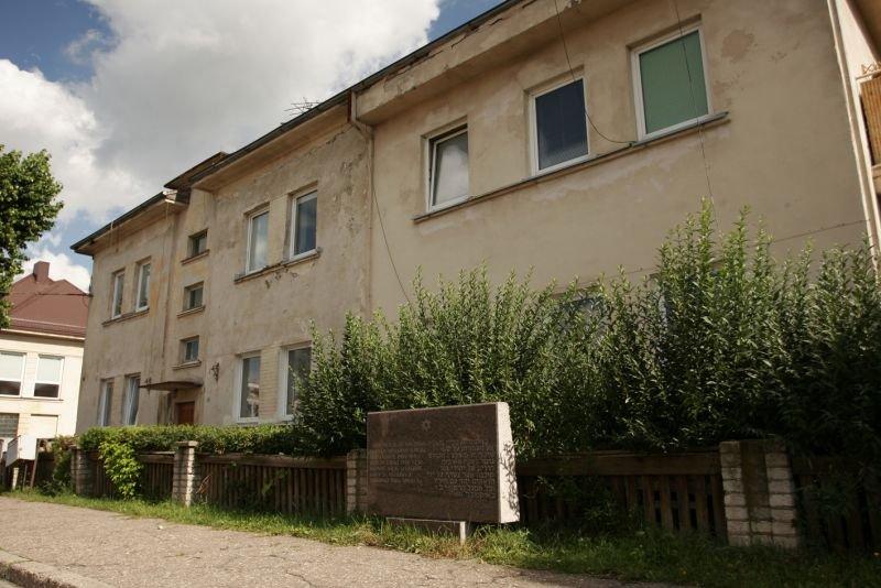 Gedenkstein am ehemaligen Ghetto-Krankenhaus (Holocaust Atlas)