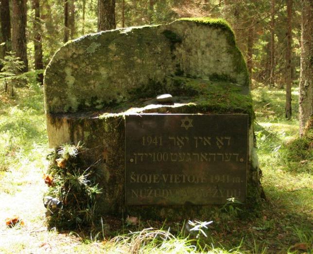 Gedenkstein für die einhundert ermordeten Frauen und Kinder (Holocaust Atlas)