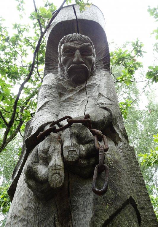 Eine der Holzspulturen Bunkas