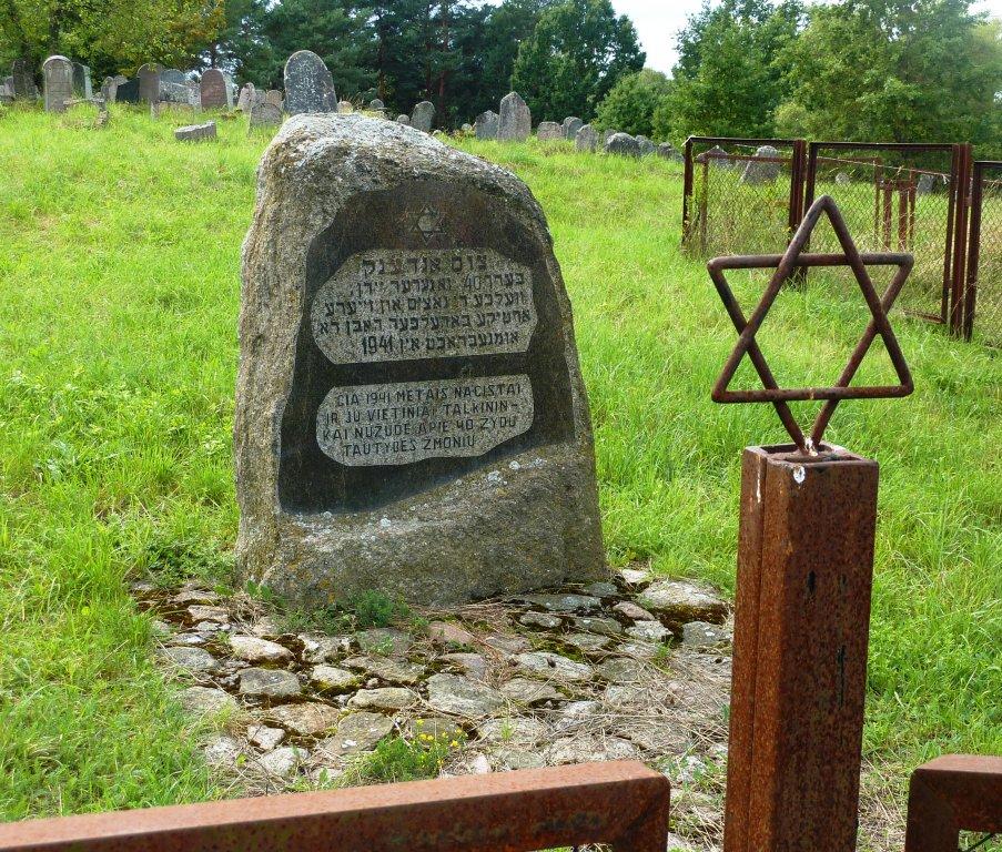 Gedenkstein am Eingang zum jüdischen Friedhof