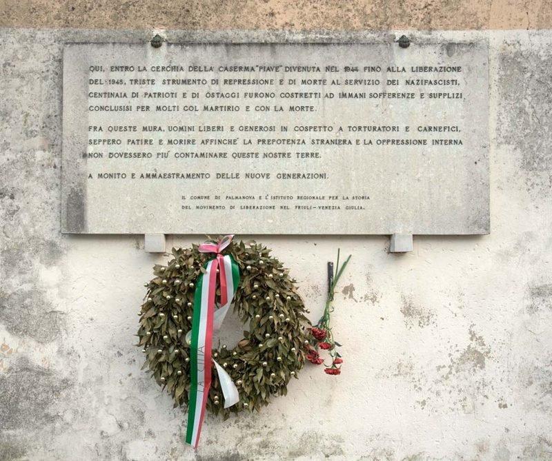 Gedenktafel an der Kaserne