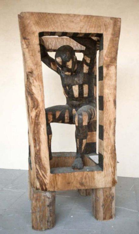 Holzskulptur vor dem Museum