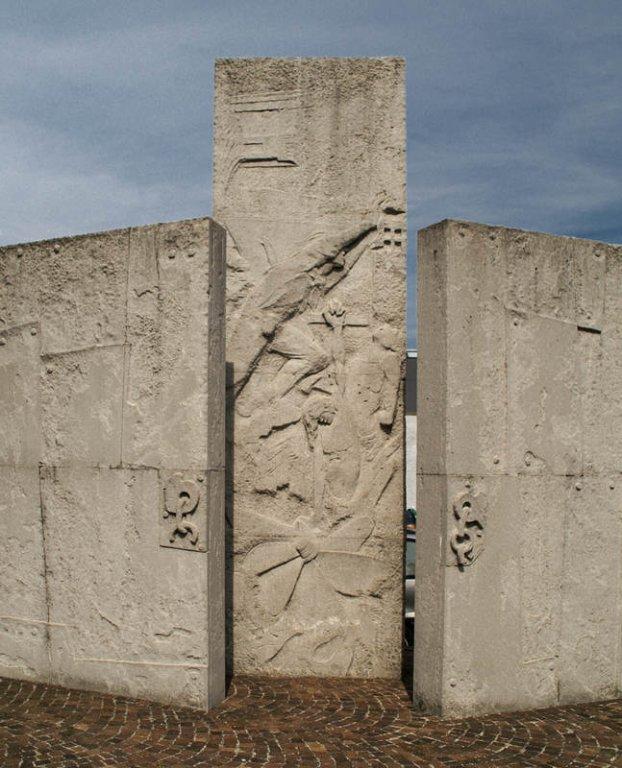 Wie ein Triptychon: Stelen an der Gedenkstätte