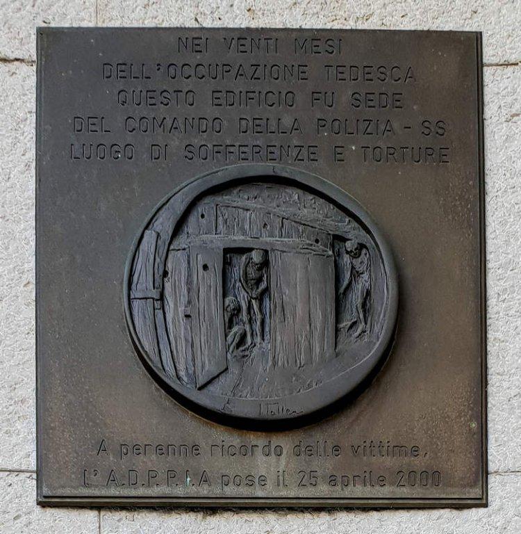 Gedenktafel am ehemaligen Sitz der Gestapo an der Piazza Oberdan
