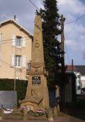 Totendenkmal neben Kirche