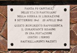 Tafel an dem Denkmal in Fascia