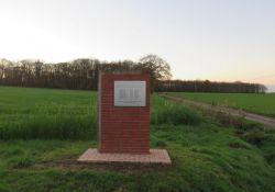 Stele an der Straße; Quelle: http://monumentsmorts.univ-lille3.fr/monument/31979/juignedesmoutiers-autre/