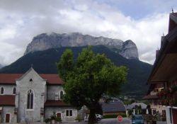 Kirchplatz vor Aravis-Massiv