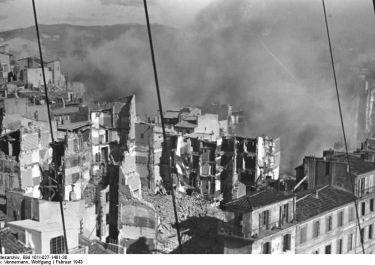 gesprengte Häuser im Hafenviertel; © Bundesarchiv: Bild 101I-027-1481-30