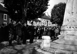 Maquisards vor dem Totendenkmal © Collections départementales des Musées de l'Ain