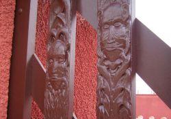 Holzmasken am Eingangstor