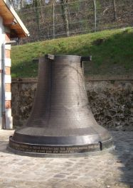 Glocke mit Namen der Erschossenen*
