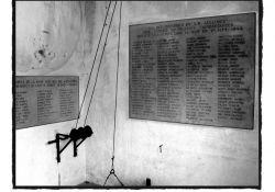 Tafeln im Krematorium: rechts für die 108 erschossenen Alliance-Mitglieder und links für die 33  GMA-Vosges-Kämpfer (© Martin Graf)