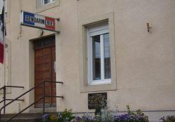 Gendarmerie mit Gedenktafel