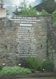 Gläserne Gedenktafel an die 16 Erschossenen