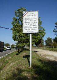 Hinweisschild auf Denkmal an Parkbucht