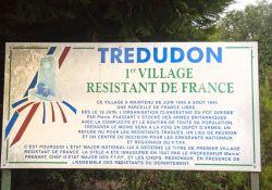 Gedenktafel am Eingang des Dorfes