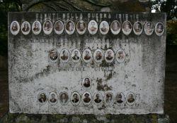 Erinnerung an die Kriegsgefallenen und die neun Opfer (Foto: Baldini)