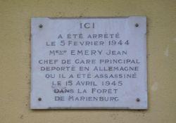 Gedenktafel an Bahnhofsfassade