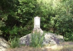 Gedenkstein an der Straße